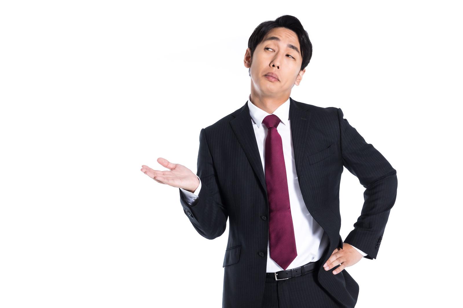 「挑発的な態度で案内する男性」の写真[モデル:大川竜弥]