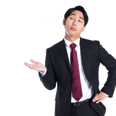 挑発的な態度で案内する男性の写真
