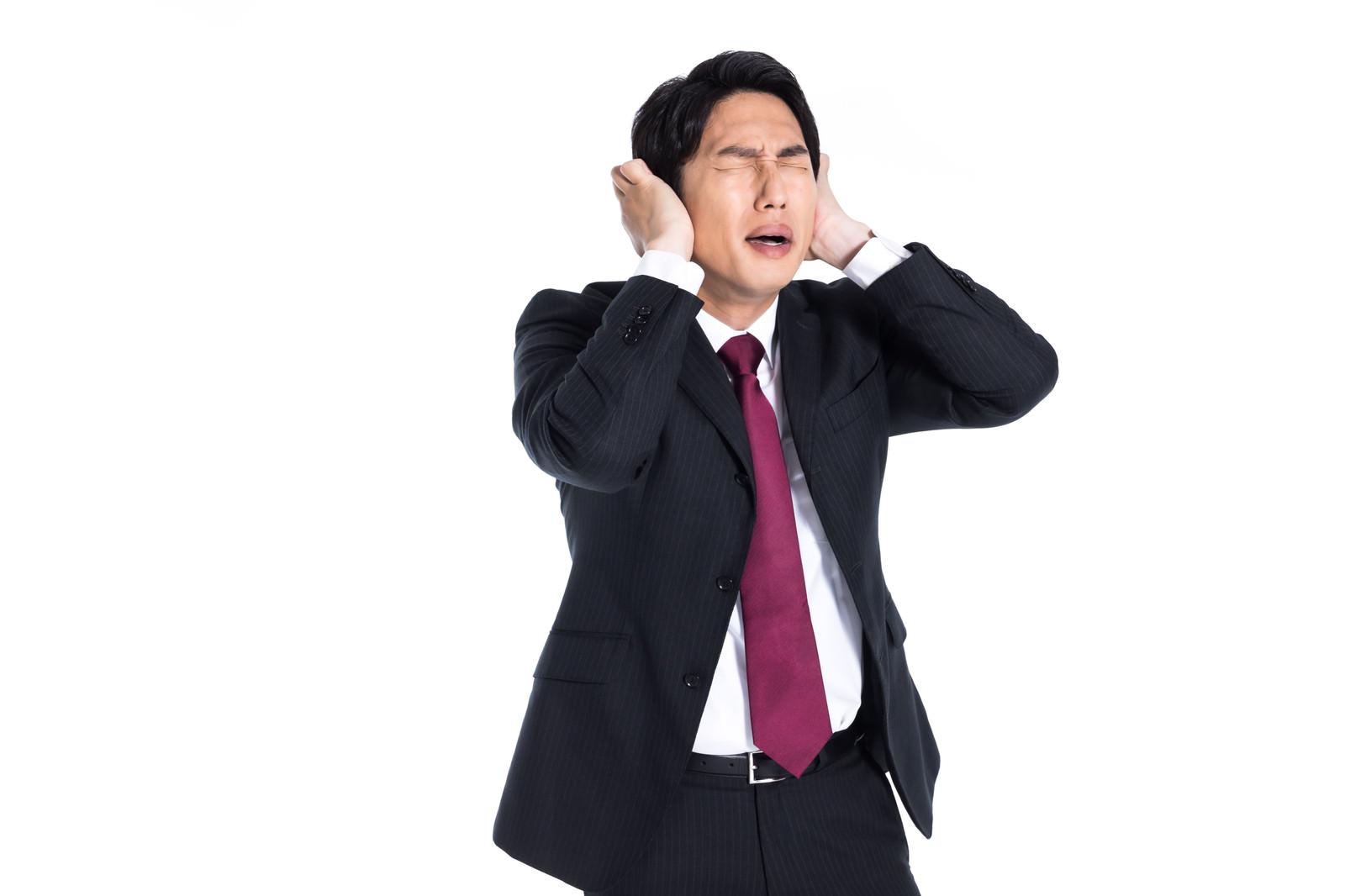 「炎上対応に追われるSNSアカウント担当者」の写真[モデル:大川竜弥]