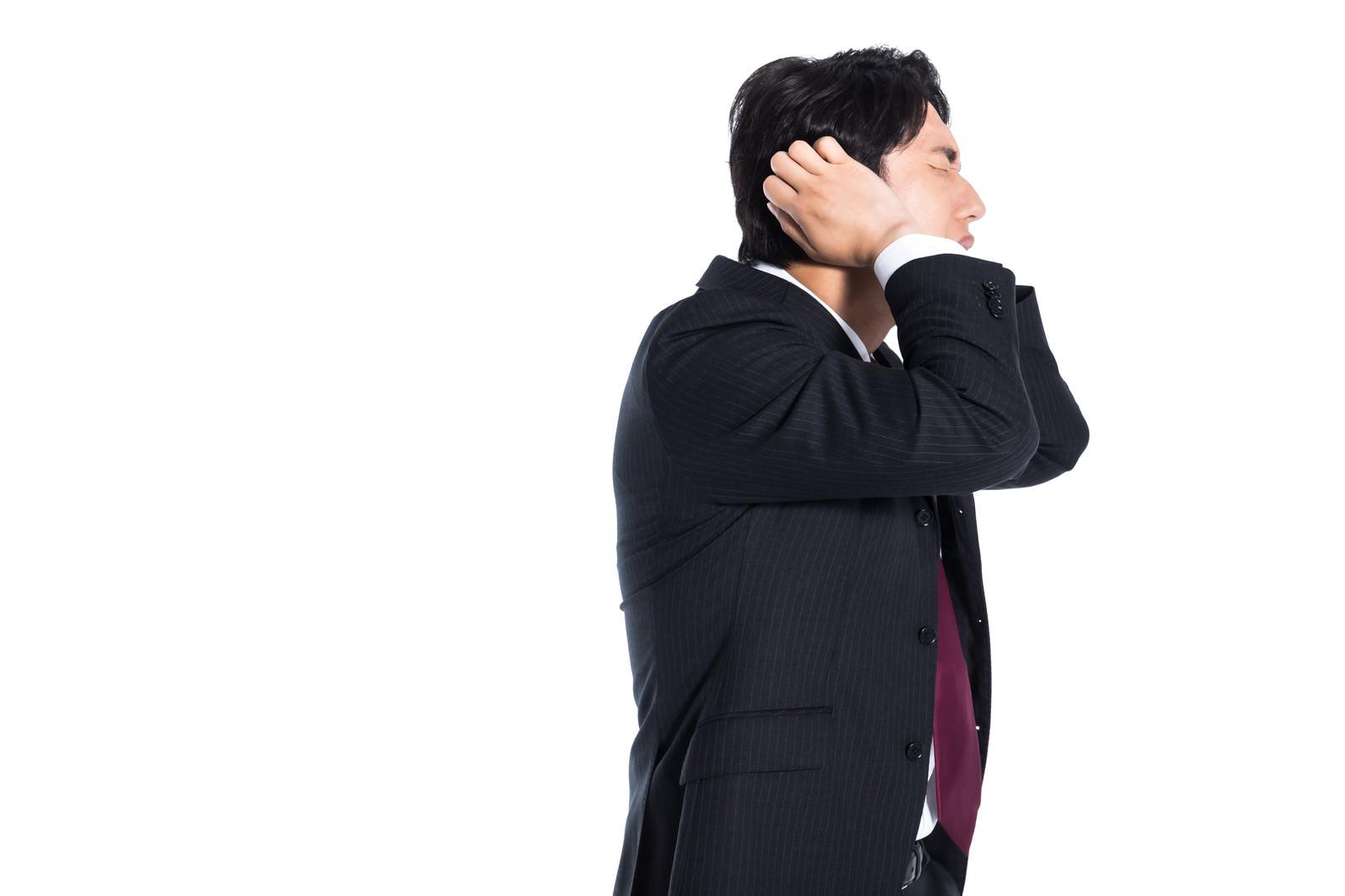 「失敗して頭を抱える会社員」の写真[モデル:大川竜弥]