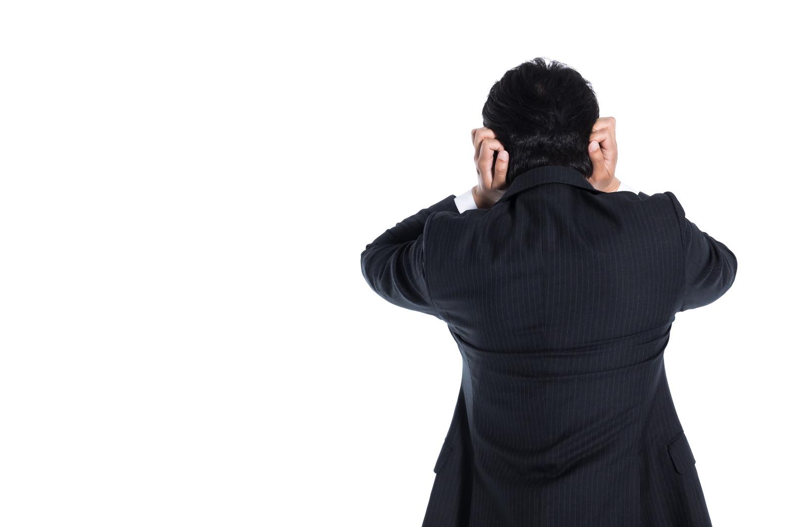 「頭を抱えて逃げ出す会社員」の写真[モデル:大川竜弥]
