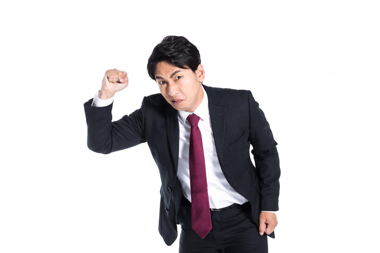 「拳を振り上げ威嚇する上司」の写真[モデル:大川竜弥]