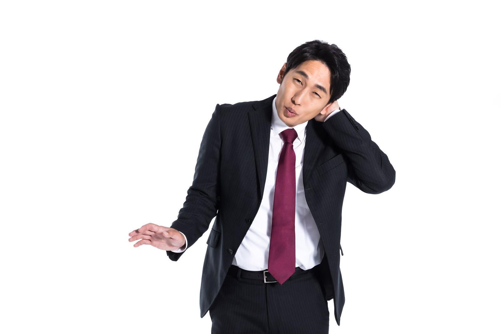 「まんざらでもない様子の会社員」の写真[モデル:大川竜弥]