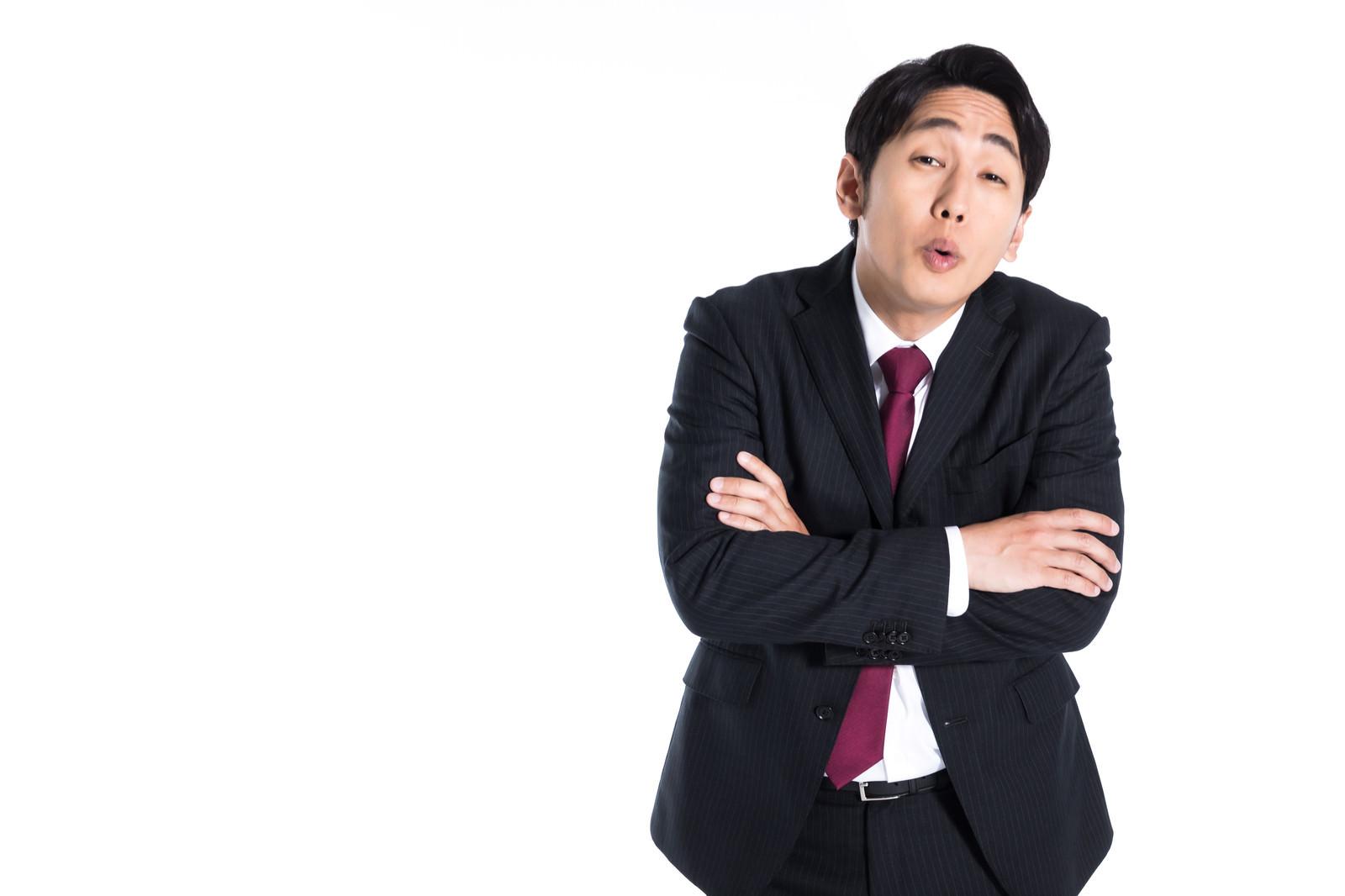 「上から目線で指導する先輩会社員」の写真[モデル:大川竜弥]