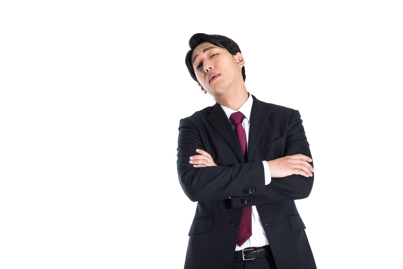 「後輩を蔑む嫌味な上司」の写真[モデル:大川竜弥]