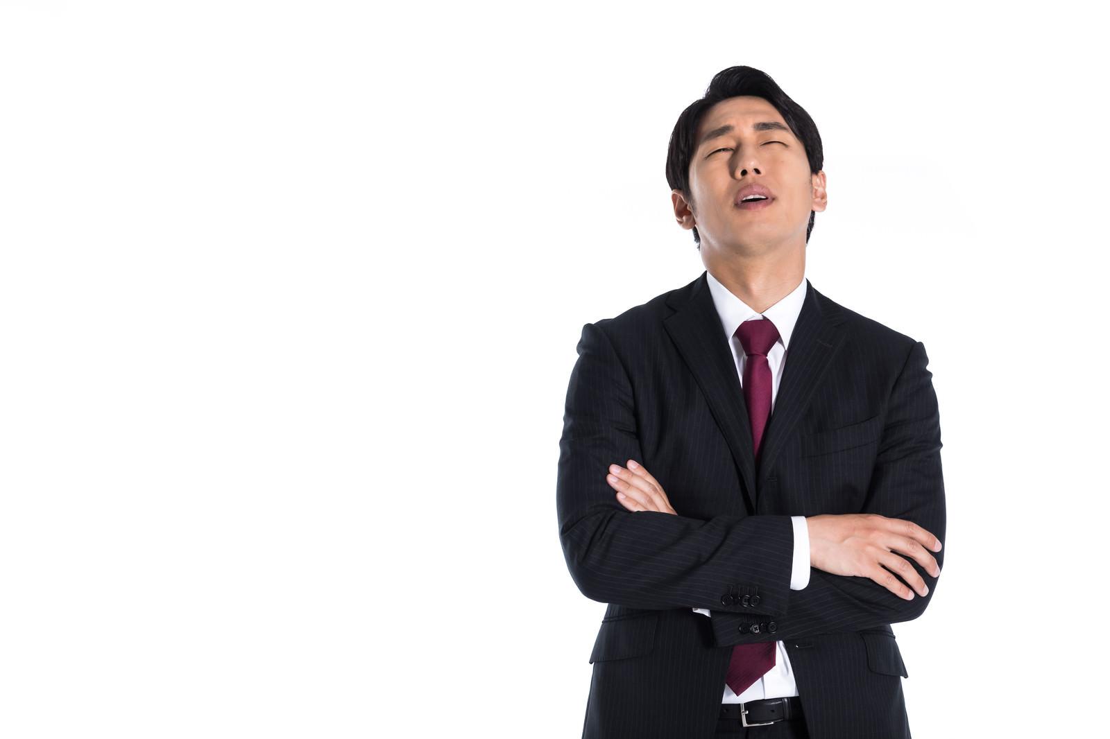 「途方にくれる男性」の写真[モデル:大川竜弥]