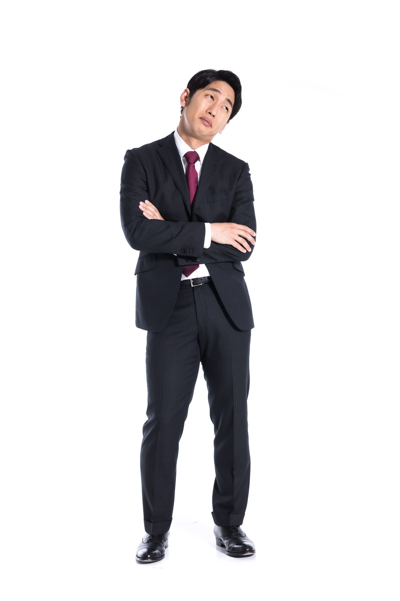 「自社の評価があがらなくて困った広報担当」の写真[モデル:大川竜弥]