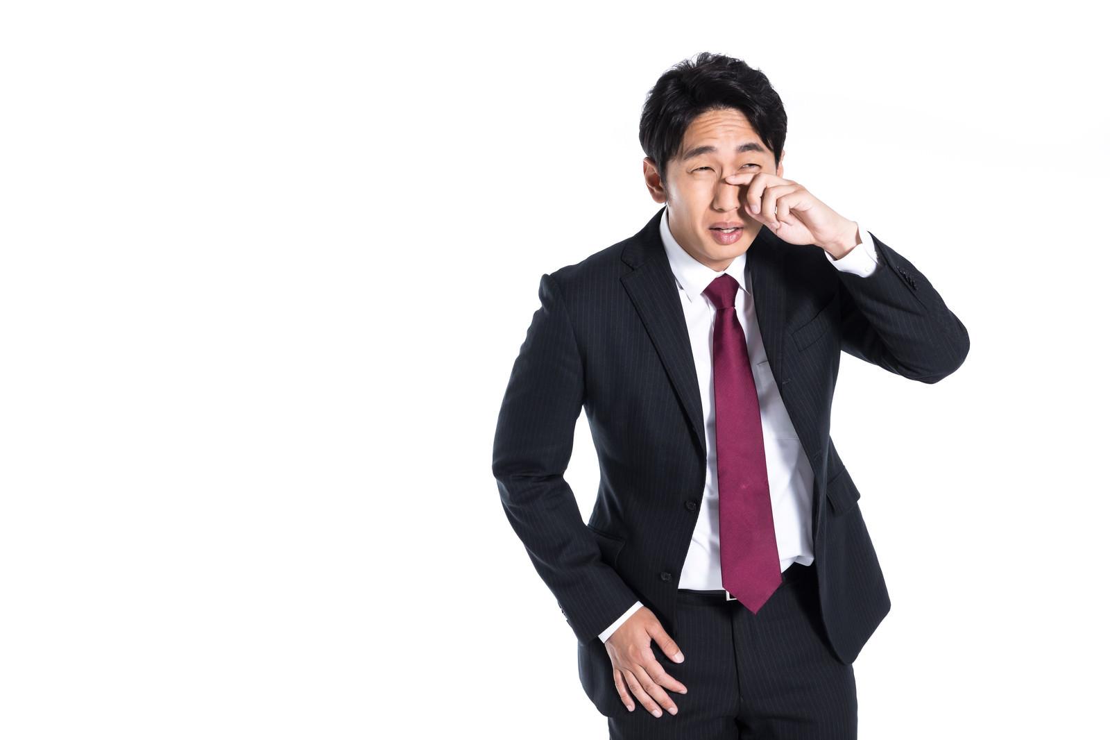 「ウソ泣きする会社員」の写真[モデル:大川竜弥]