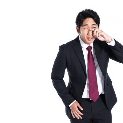 ウソ泣きする会社員の写真