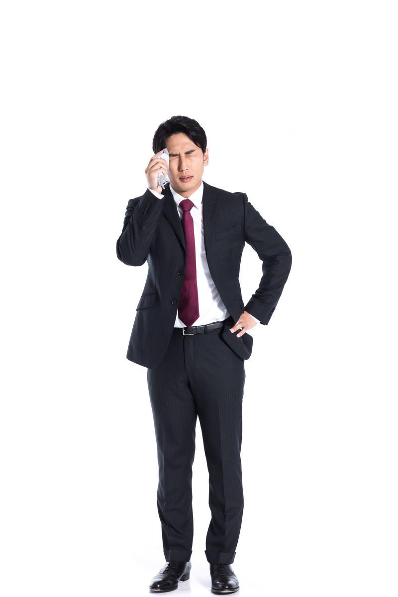 「大失態で汗が止まらない会社員」の写真[モデル:大川竜弥]