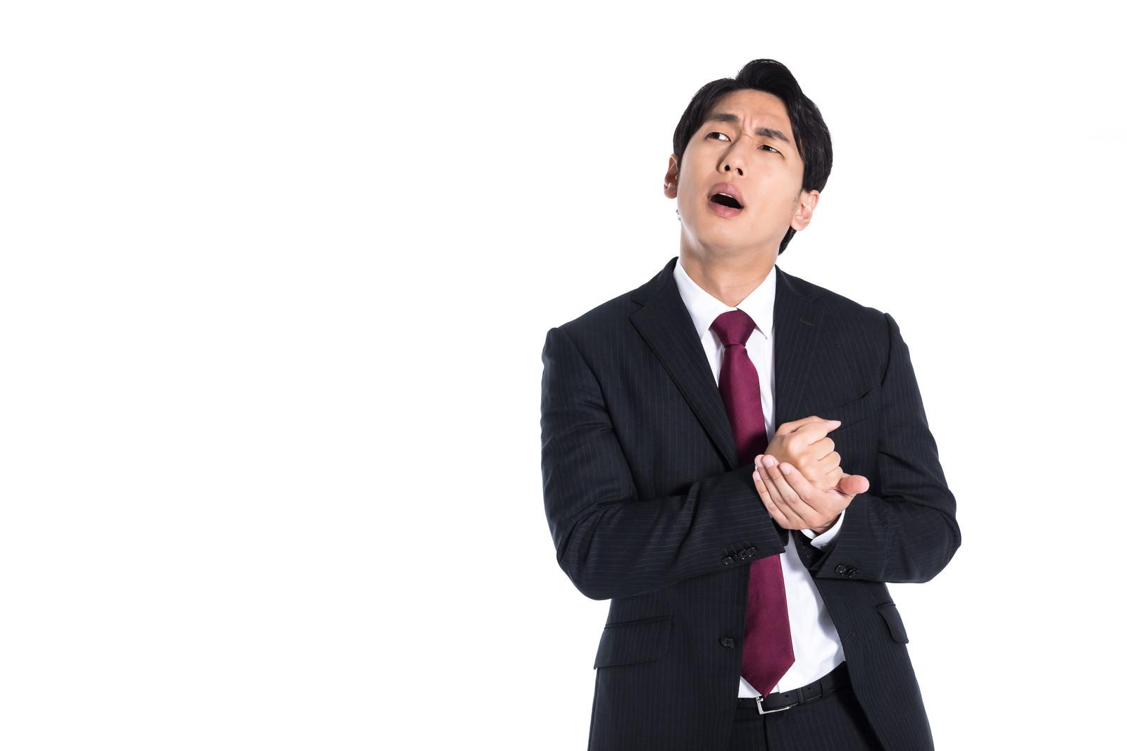 「なるほどと手を打つ新入社員」の写真[モデル:大川竜弥]