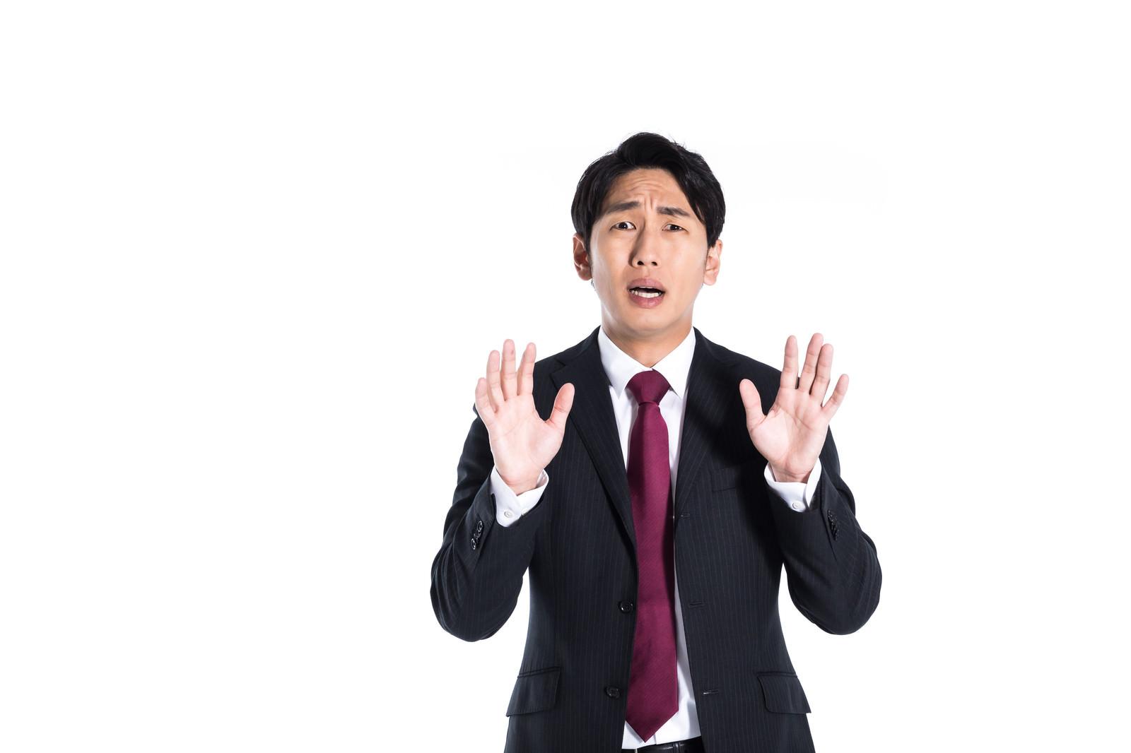 「想定外のクレームに慌てる男性」の写真[モデル:大川竜弥]