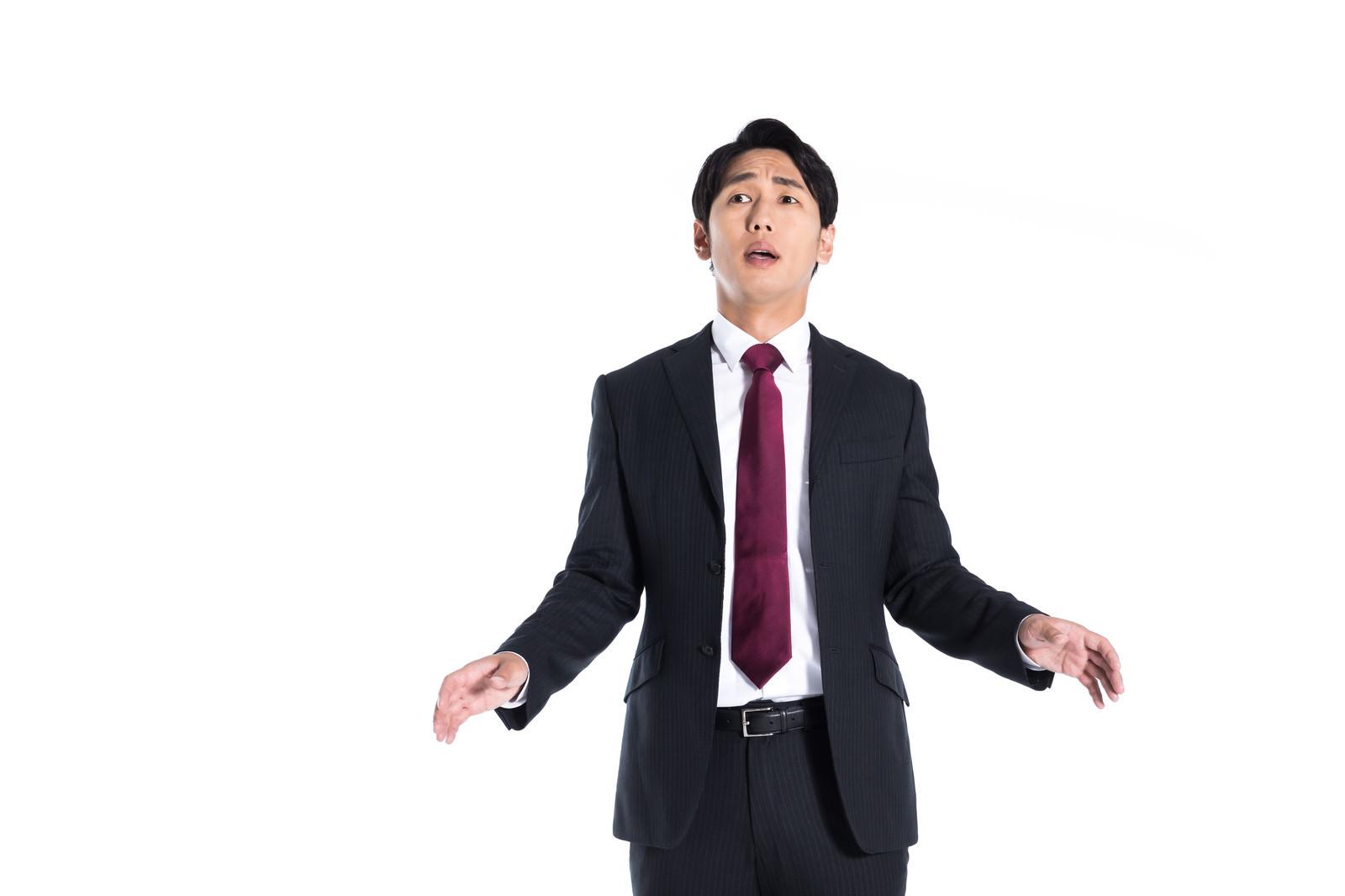 「コンペの結果発表が心配でオロオロする」の写真[モデル:大川竜弥]