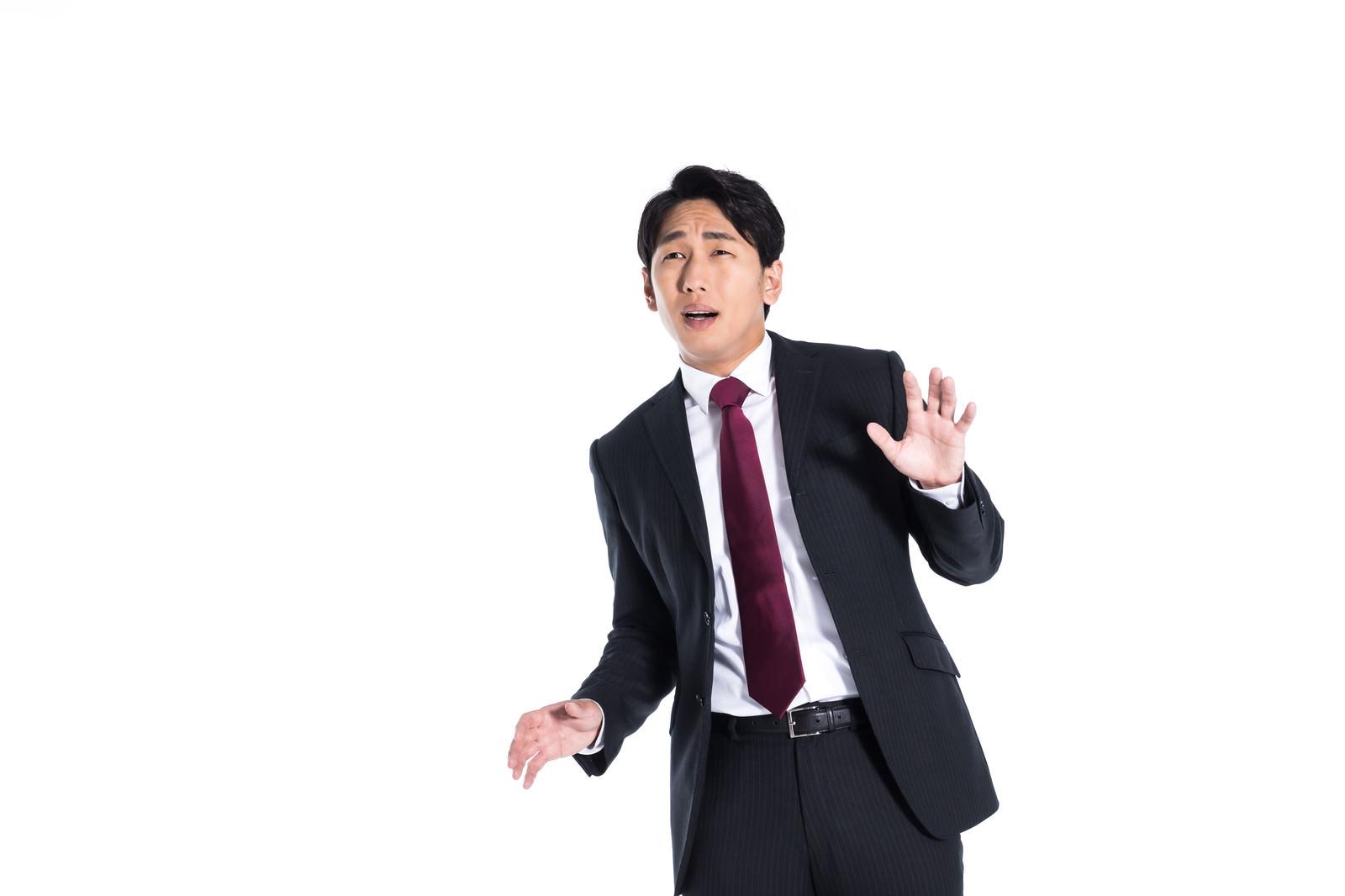 「問題に対応できずオロオロする会社員」の写真[モデル:大川竜弥]
