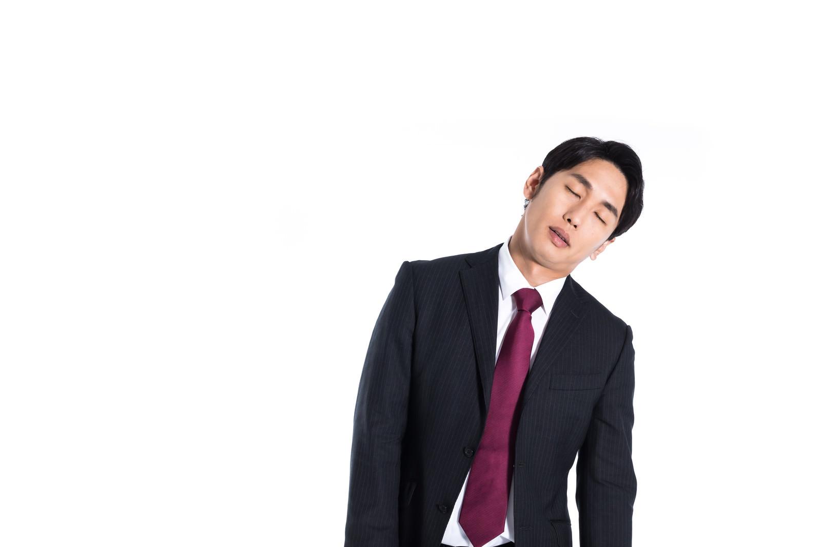 「披露コンパイルで立ったまま寝る会社員」の写真[モデル:大川竜弥]