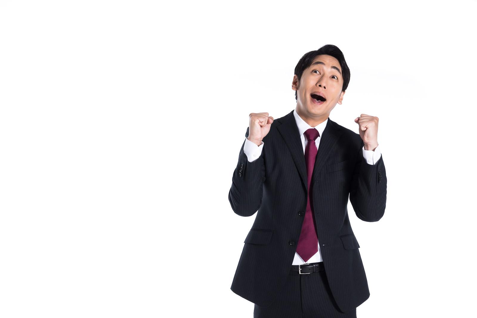 「ポジティブな口コミを見て嬉しがる会社員」の写真[モデル:大川竜弥]