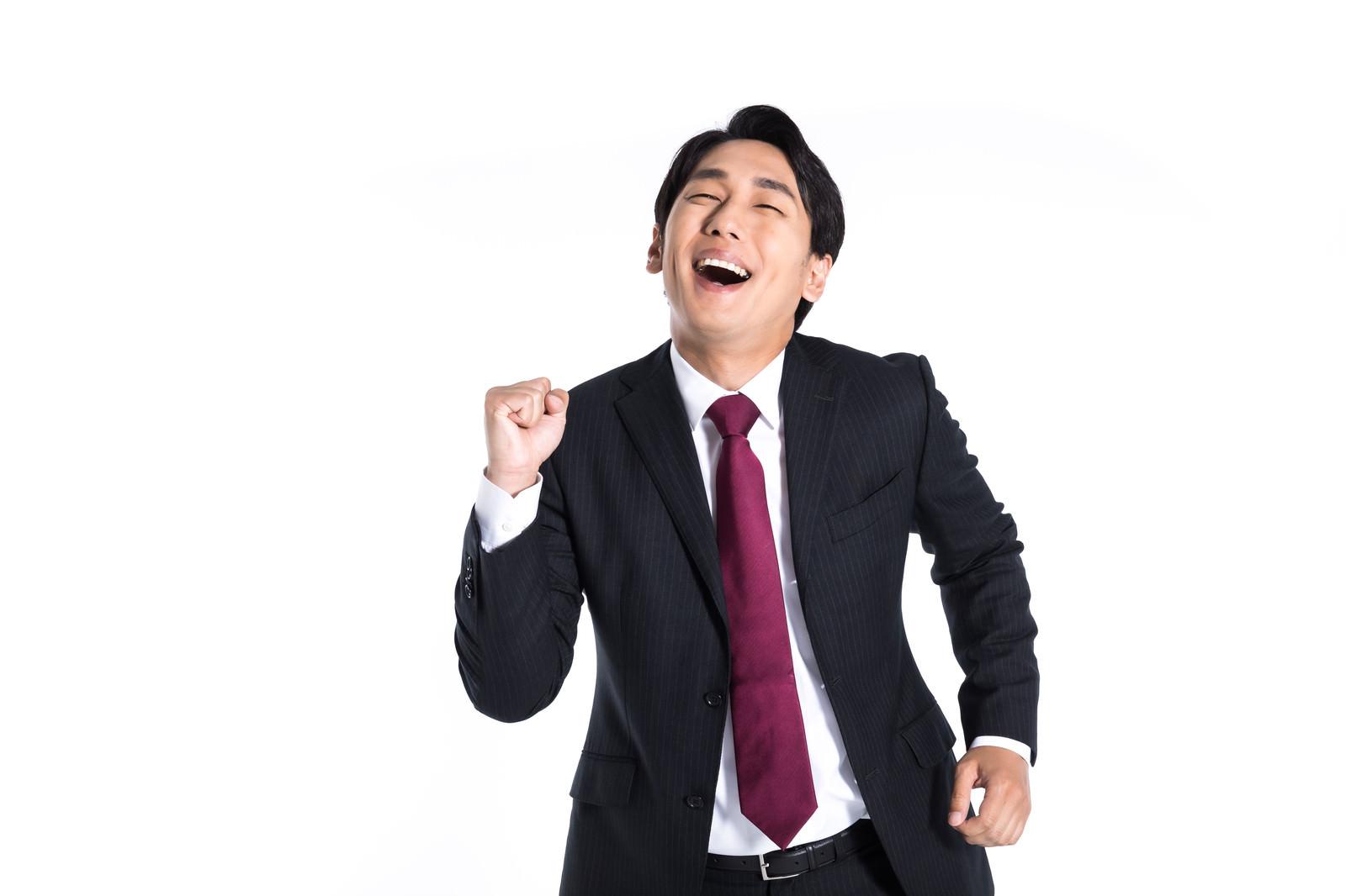 「嬉しい反応がよくわかる会社員」の写真[モデル:大川竜弥]