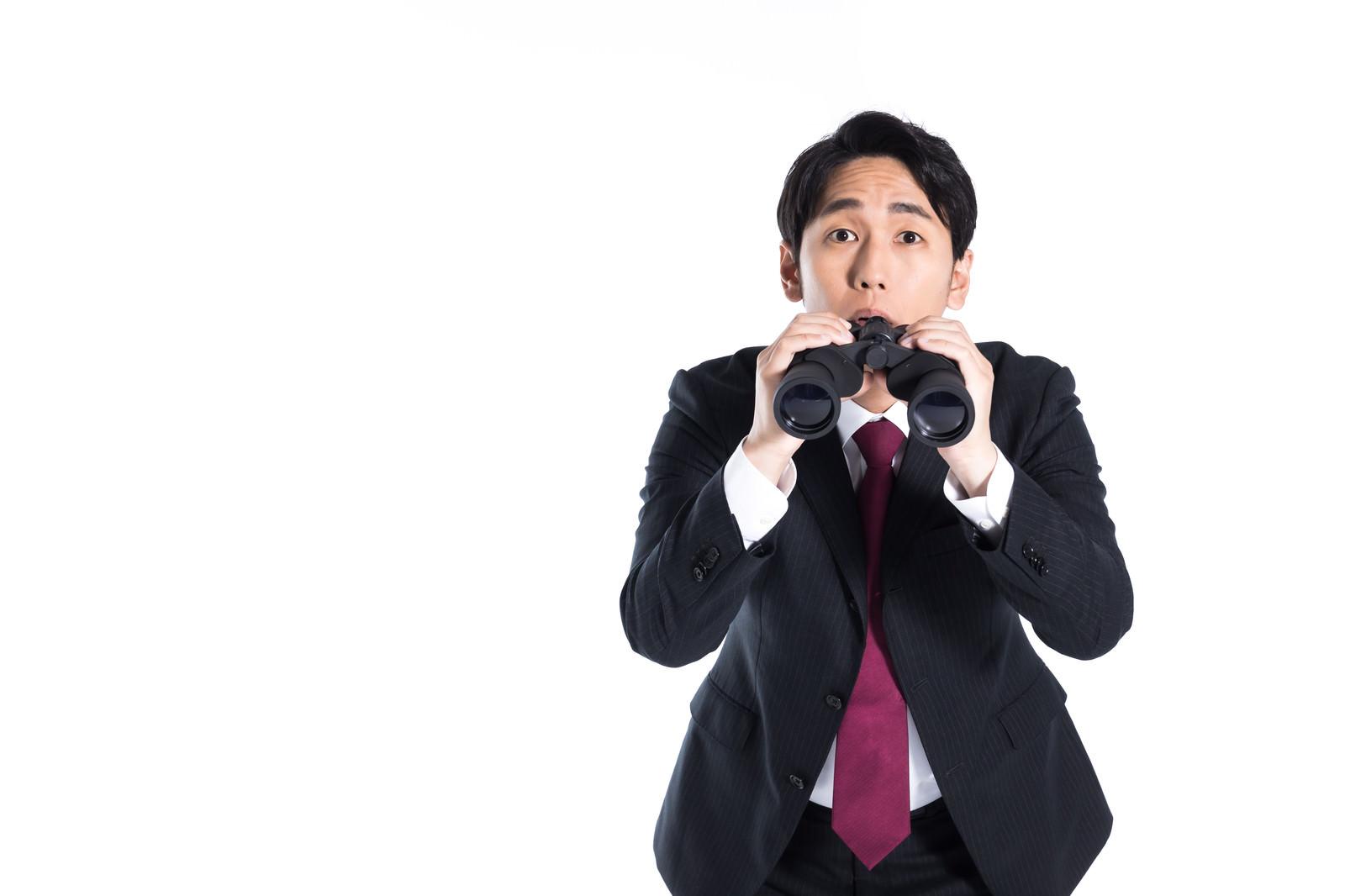 「双眼鏡からのひょっこり会社員」の写真[モデル:大川竜弥]