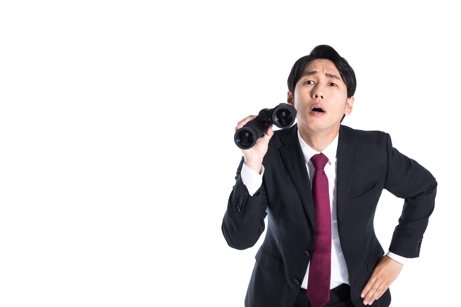 「双眼鏡を使った内偵中のマトリ」の写真[モデル:大川竜弥]