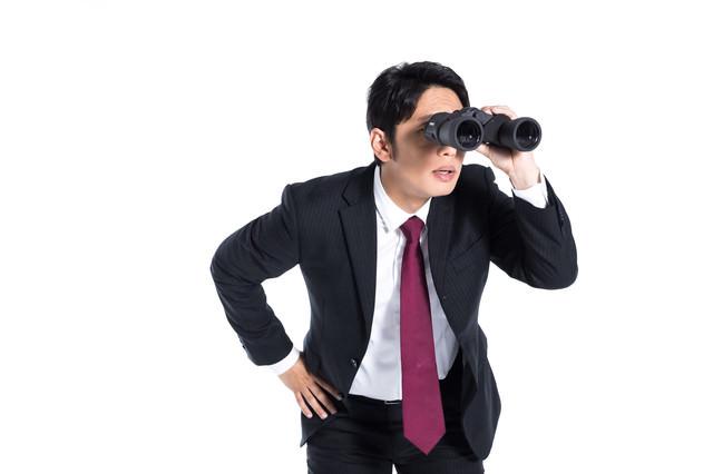 双眼鏡で探すエージェントの写真