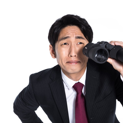 競合他社の調査をするリサーチャーの写真
