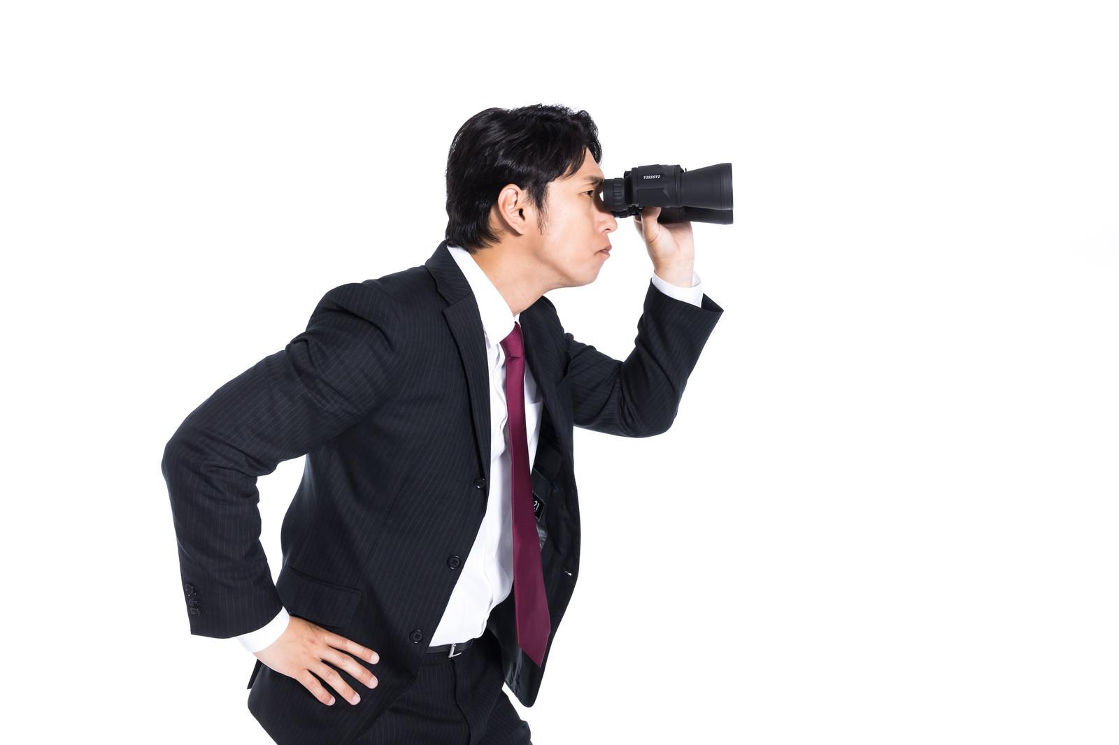 「双眼鏡を覗く会社員」の写真