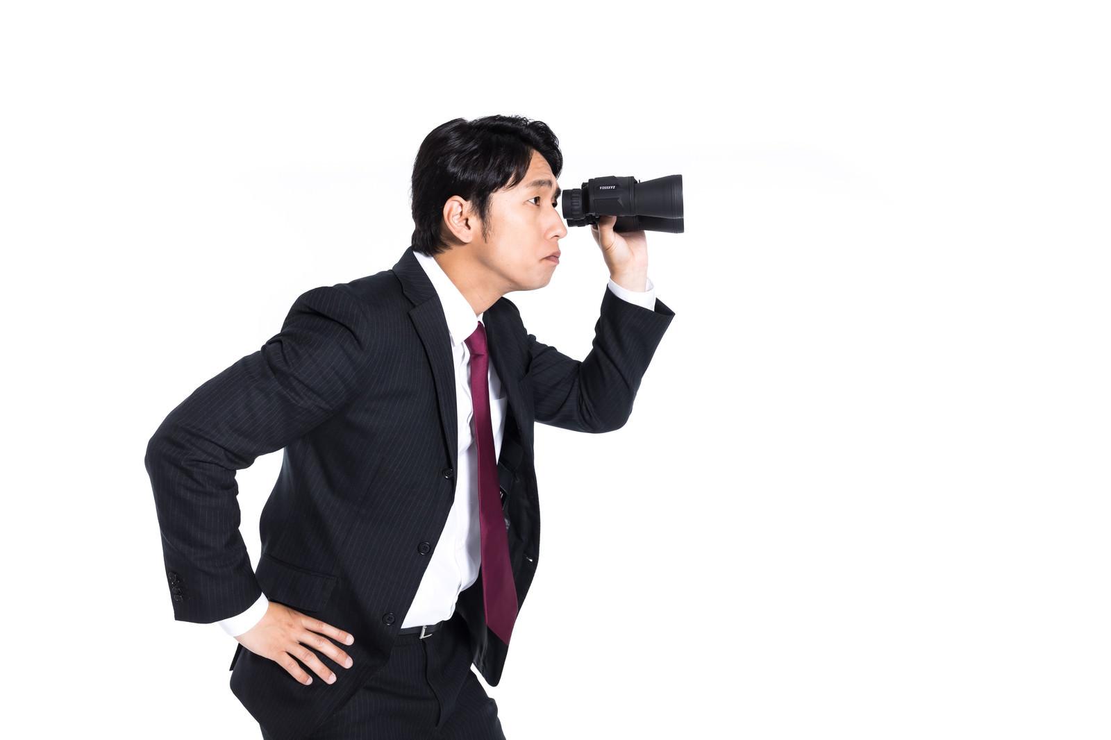 「検閲する会社員」の写真[モデル:大川竜弥]