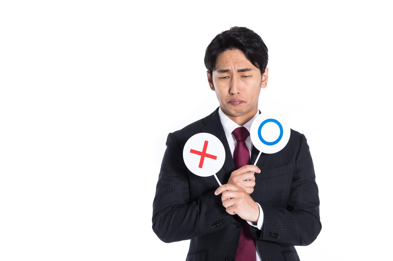 「クイズの正解が分からず諦めモードの男性」の写真[モデル:大川竜弥]