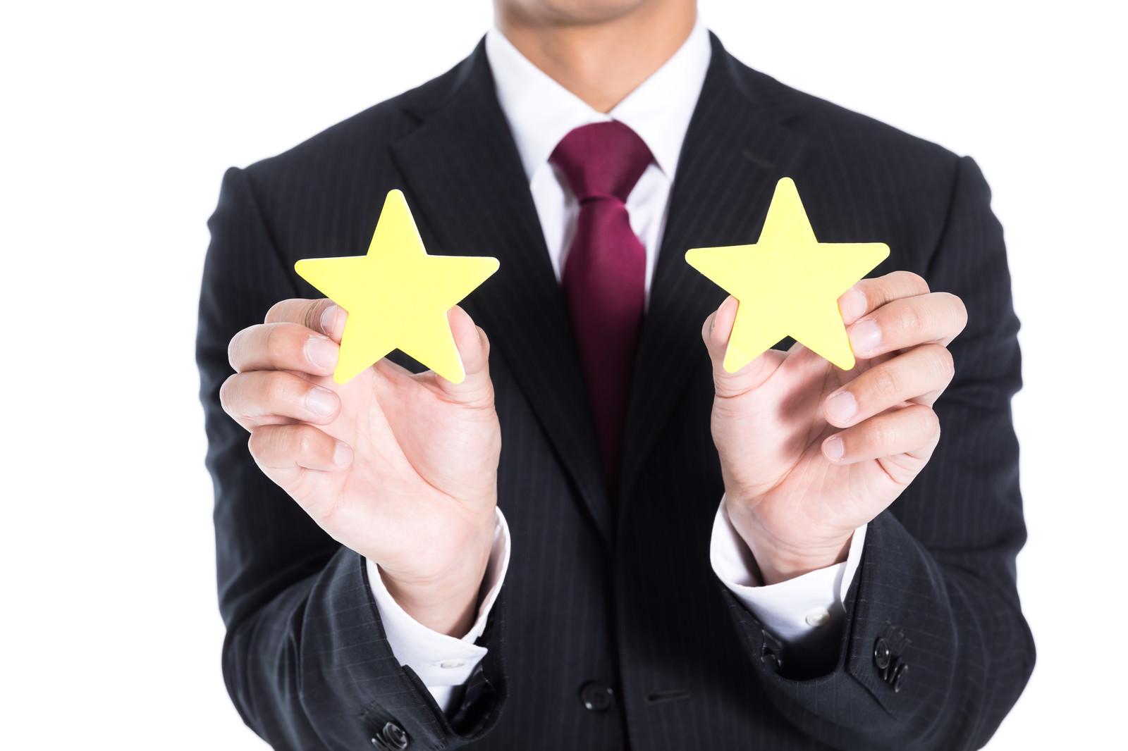 「この会社の評価は星2つです | 写真の無料素材・フリー素材 - ぱくたそ」の写真[モデル:大川竜弥]