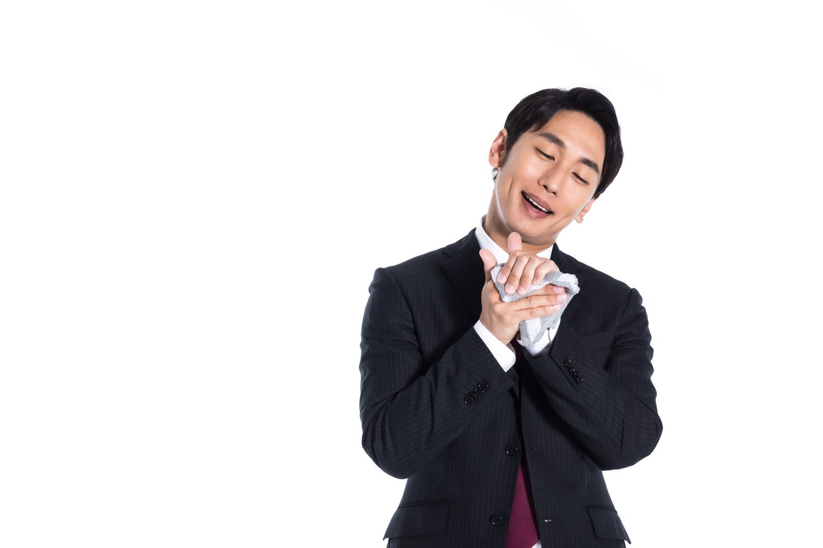 「手をこまめに拭く男性」の写真[モデル:大川竜弥]