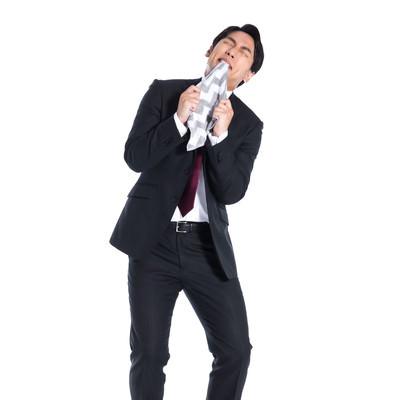 嫉妬で狂いそうなスーツ男子の写真