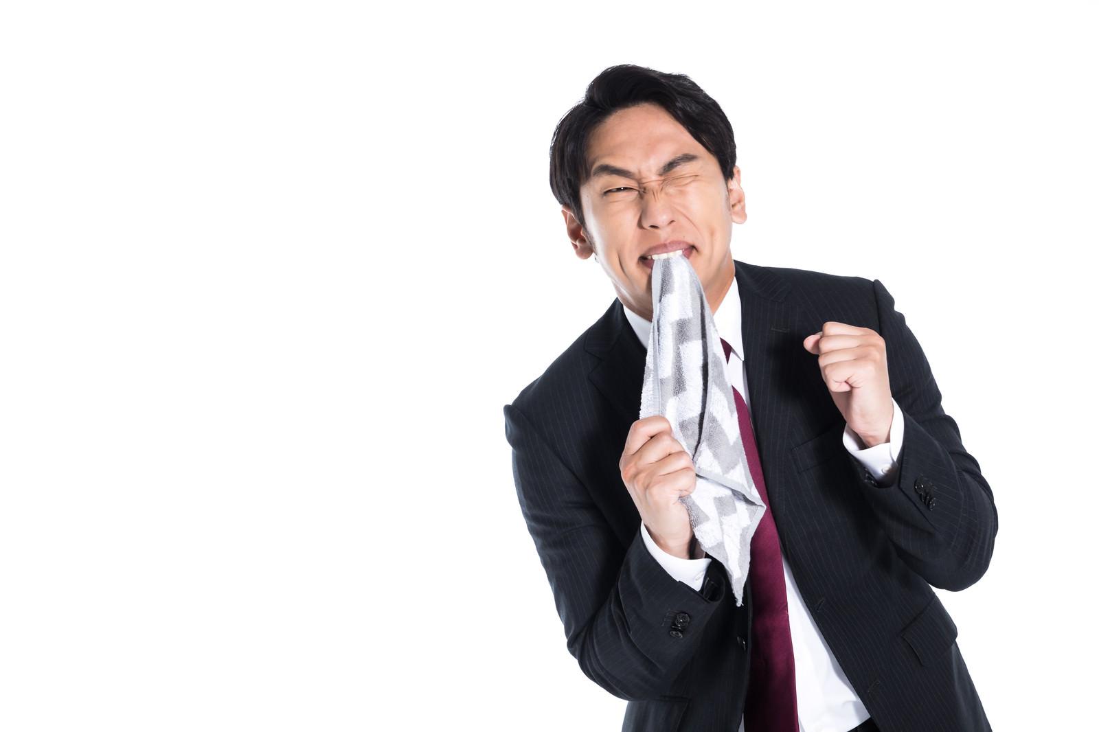 「罵られ悔しくて仕方がない従業員」の写真[モデル:大川竜弥]