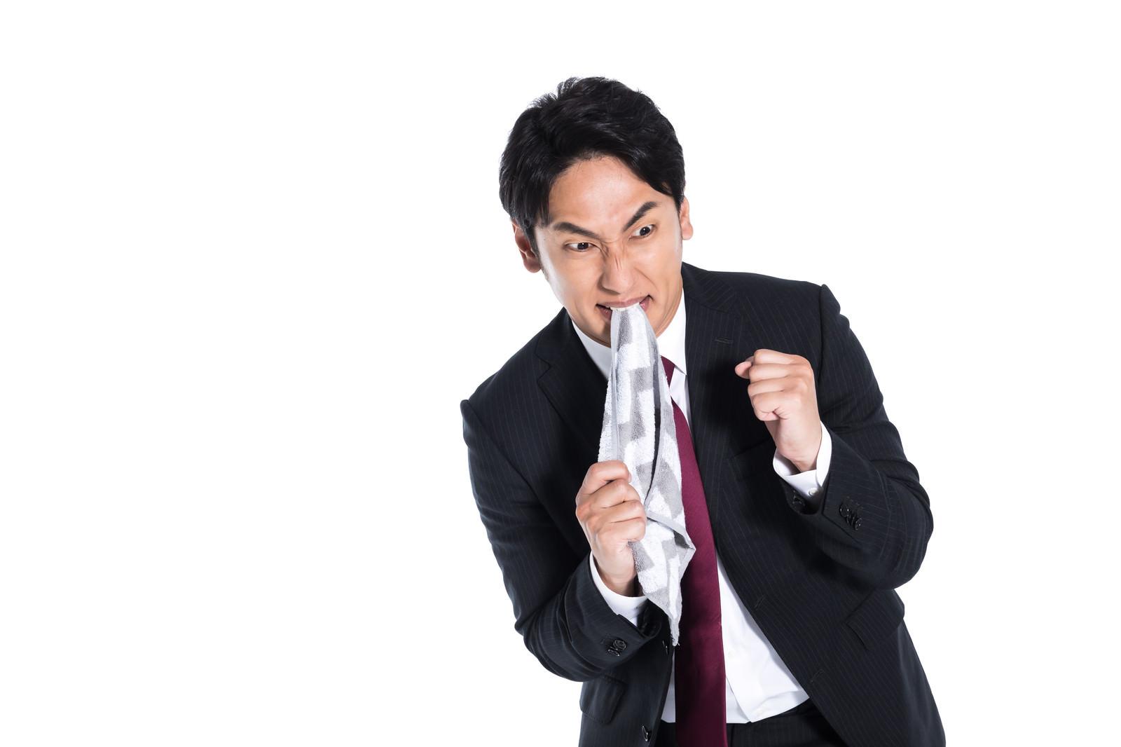 「ヤケクソに怒り狂う男性」の写真[モデル:大川竜弥]