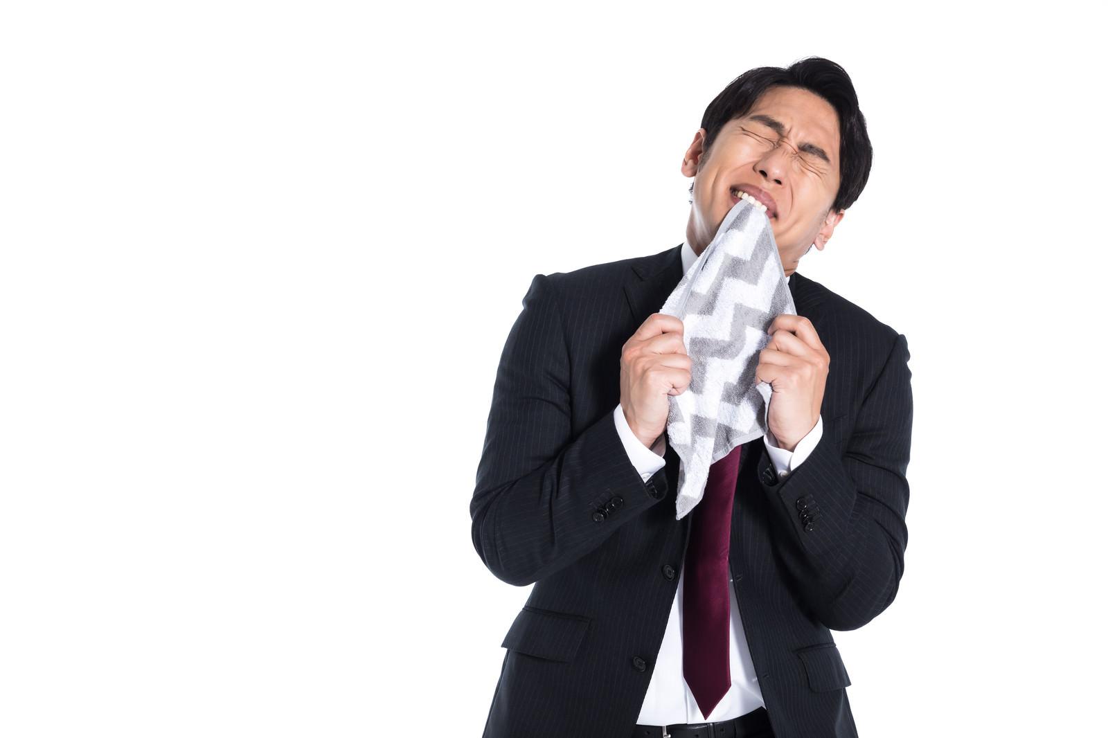 「マンガなどで悔しい思いをしてハンカチを噛んでいるシーン」の写真[モデル:大川竜弥]
