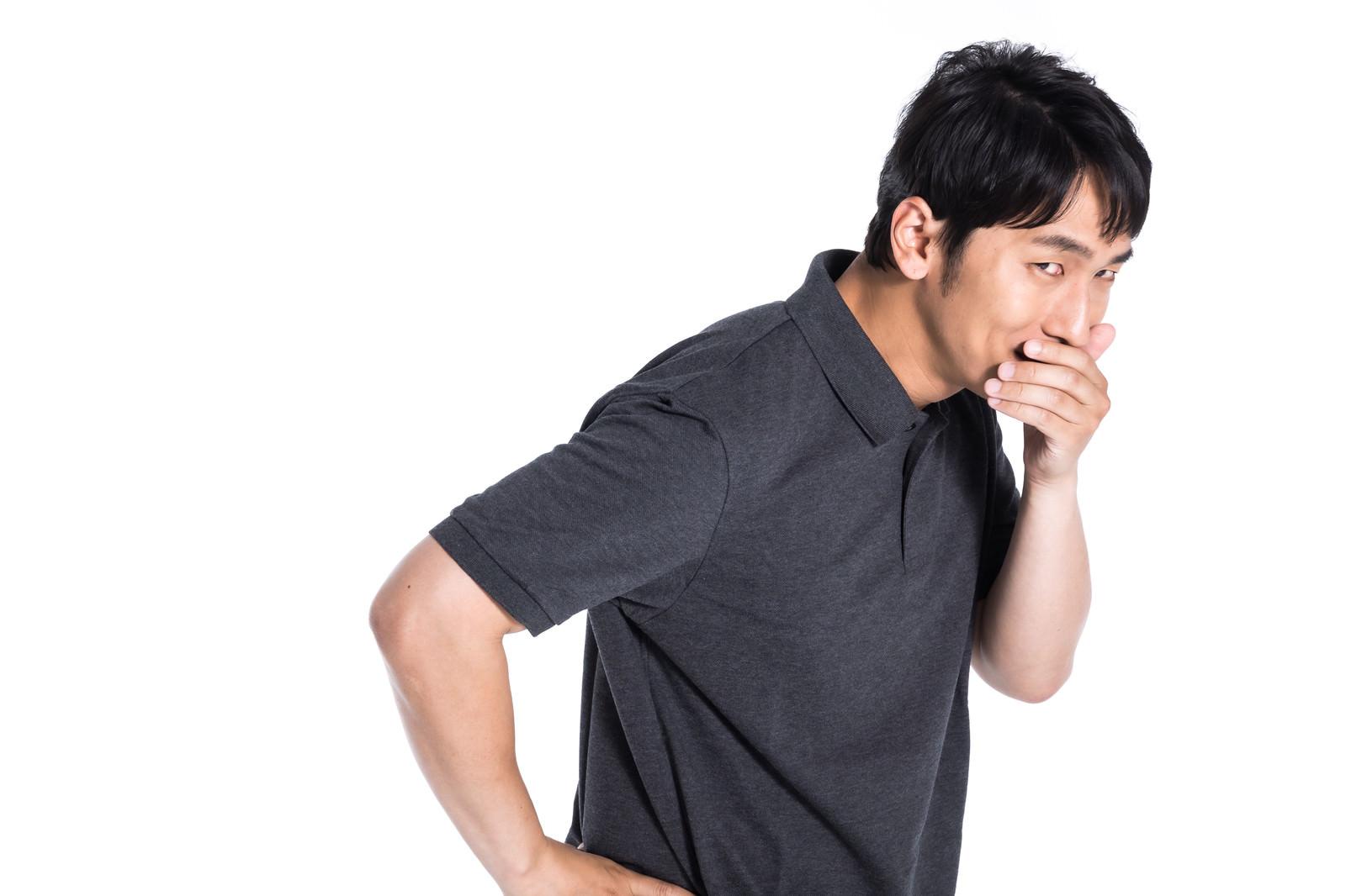 「悪い噂を拡散する男性 | 写真の無料素材・フリー素材 - ぱくたそ」の写真[モデル:大川竜弥]