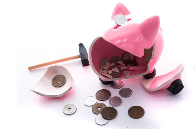 豚の貯金箱を叩き割ったら小銭しか入っていなかったの写真