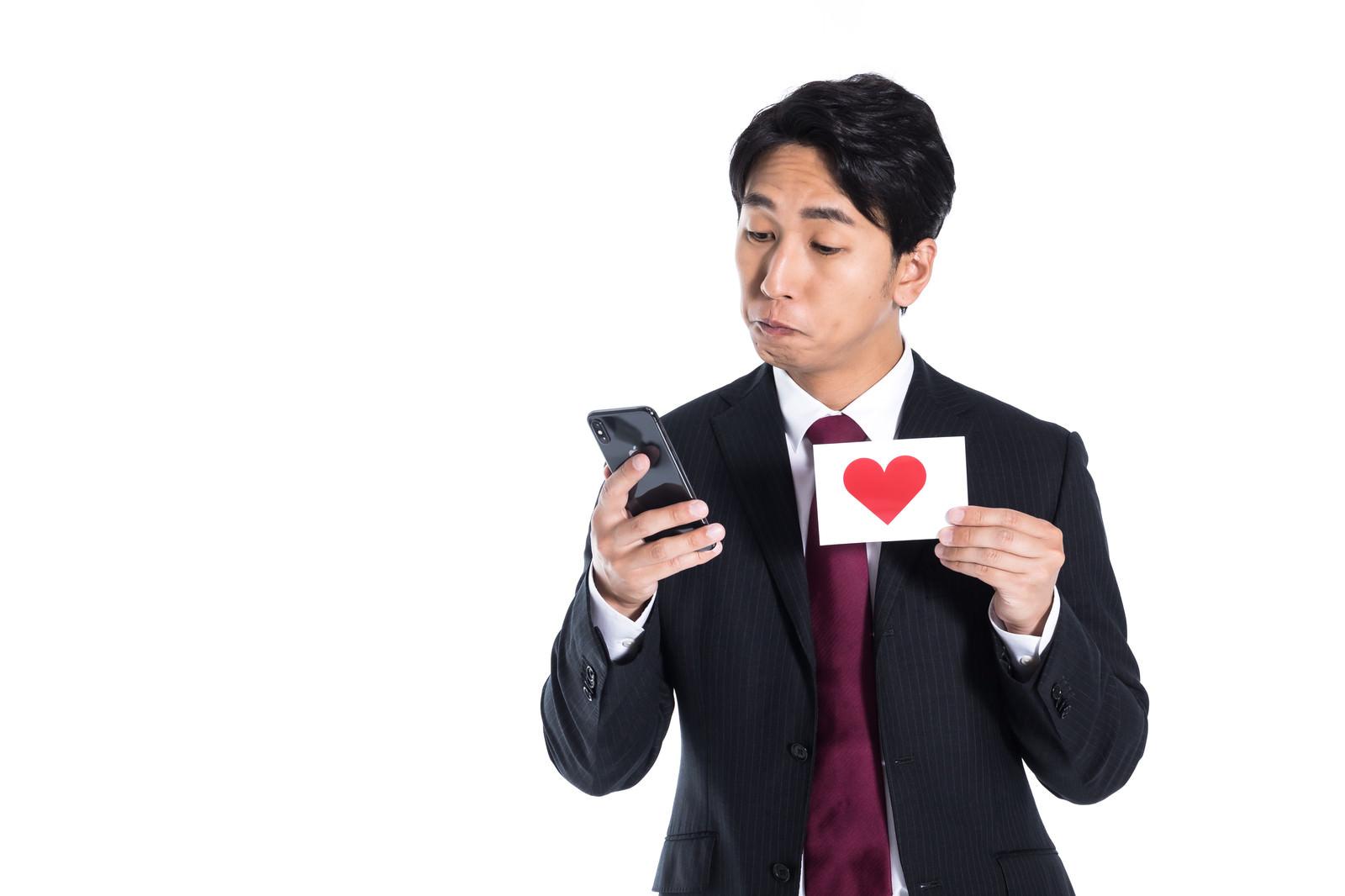「スマートフォンに心拍数のログを残す男性」の写真[モデル:大川竜弥]