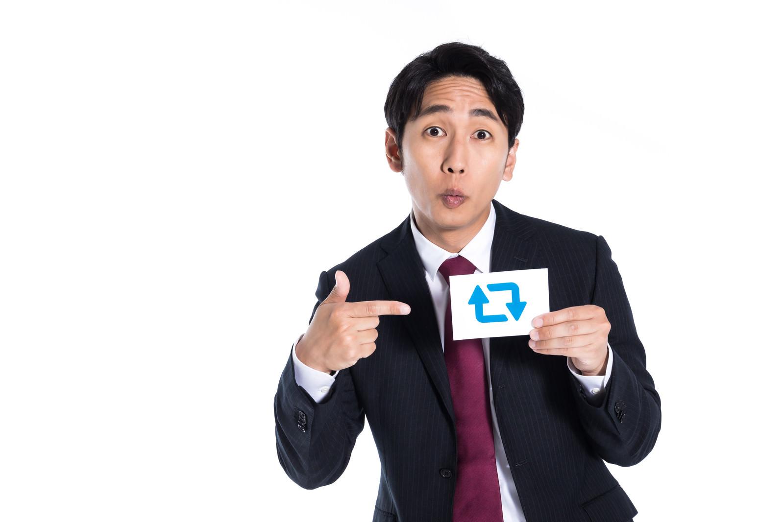 「バズマーケティングを掲げる男性」の写真[モデル:大川竜弥]