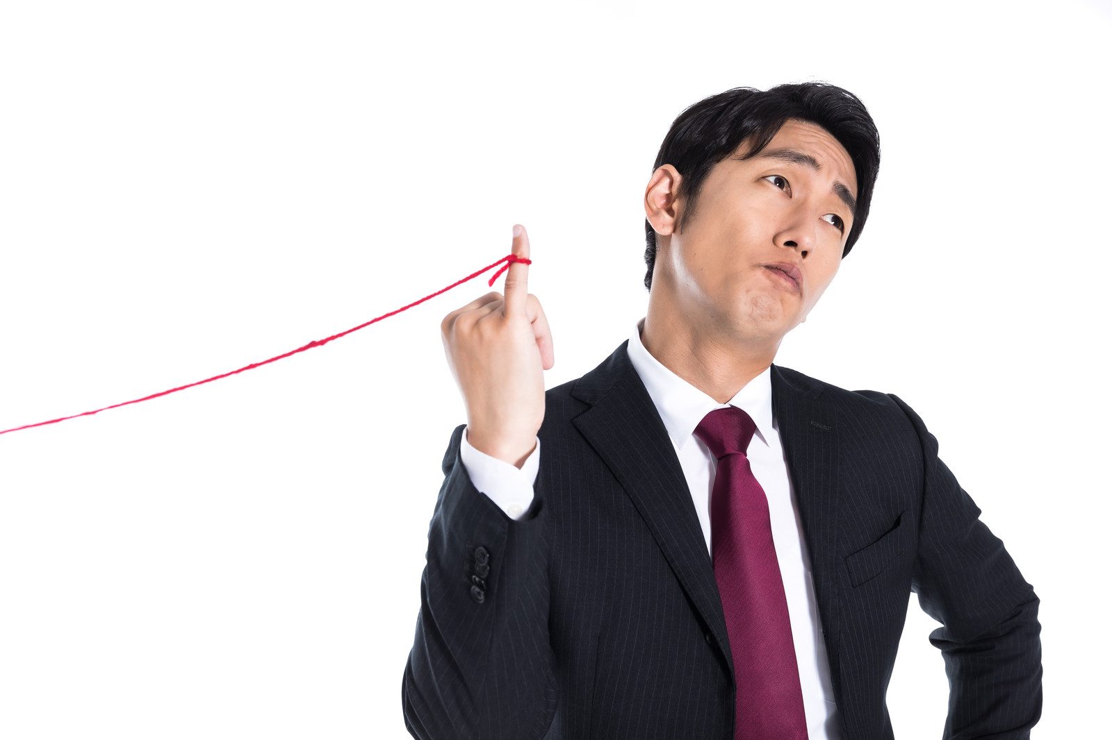 「片想いの赤い糸に気付かない会社員」の写真[モデル:大川竜弥]