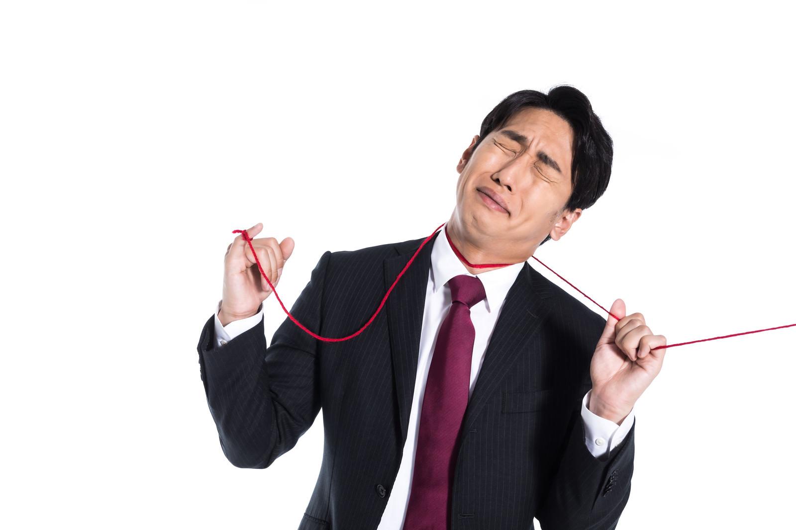 「赤い糸に運命を握られる男性」の写真[モデル:大川竜弥]