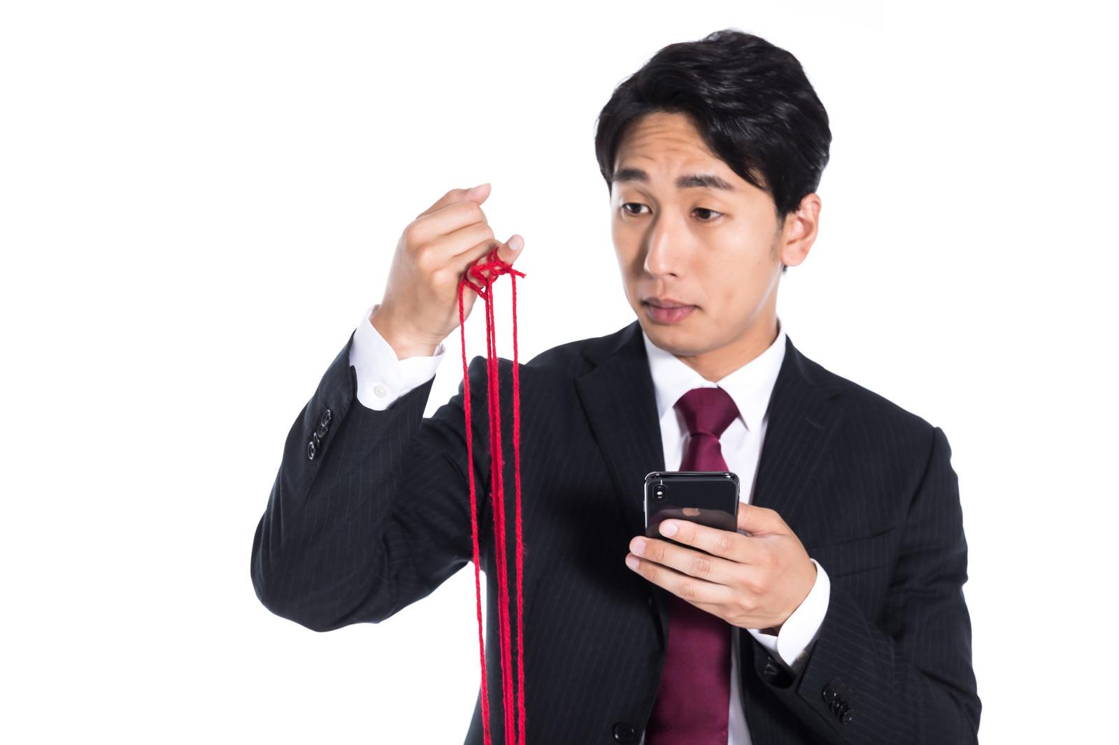 「赤い糸が全部切れてしまう」の写真[モデル:大川竜弥]