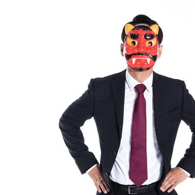 鬼のお面をかぶる会社員の写真