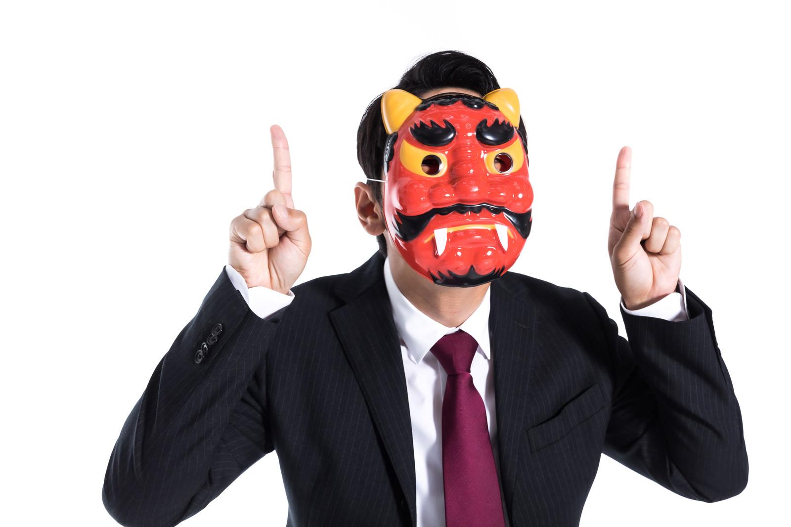 「内心は鬼のように激怒している仮面部長」の写真[モデル:大川竜弥]