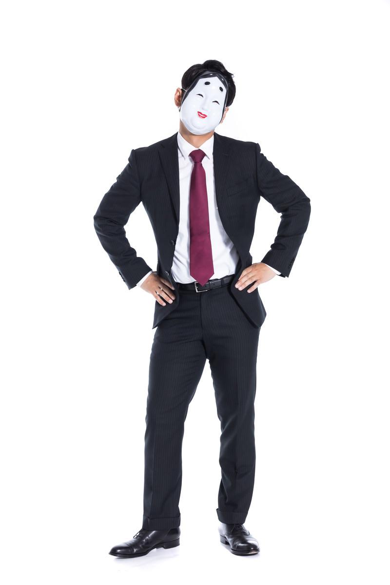 「二面性をもった会社員」の写真[モデル:大川竜弥]