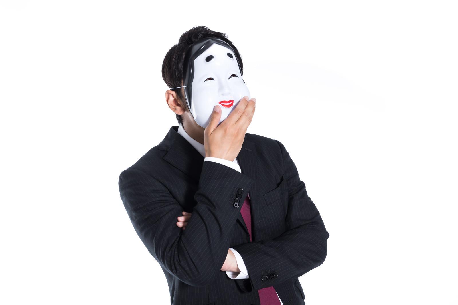 「騙された人間を見て笑うおかめ」の写真[モデル:大川竜弥]