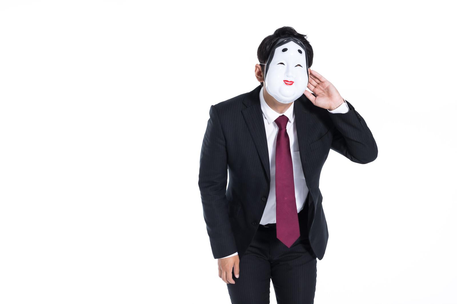 「内心は小馬鹿にしながら謝ったふりをする会社員」の写真[モデル:大川竜弥]