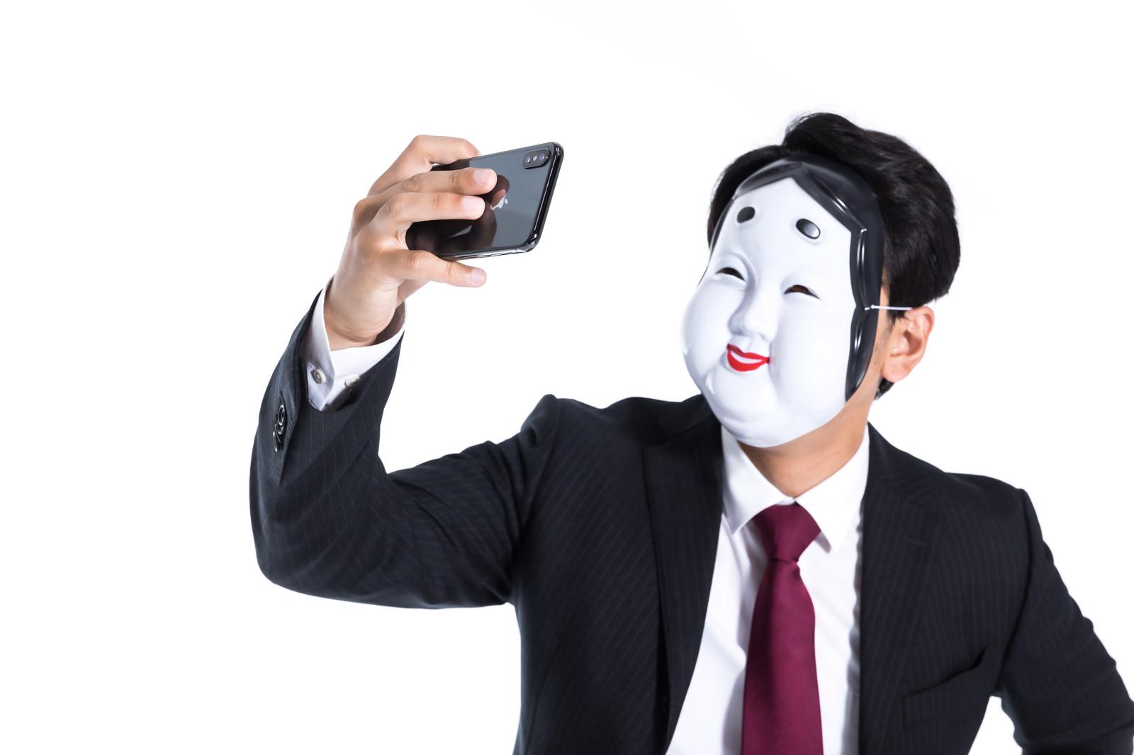 「自撮り詐欺」の写真[モデル:大川竜弥]