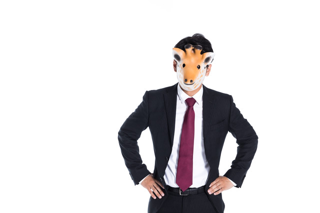 仮面をつけたスーツ男子の写真