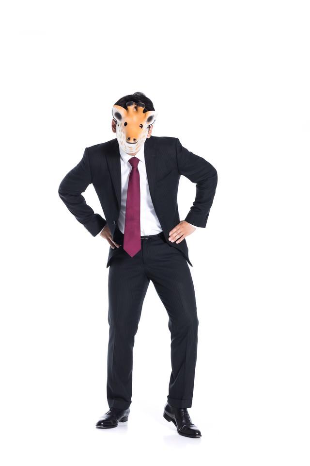 威嚇的な態度を取る匿名社員の写真