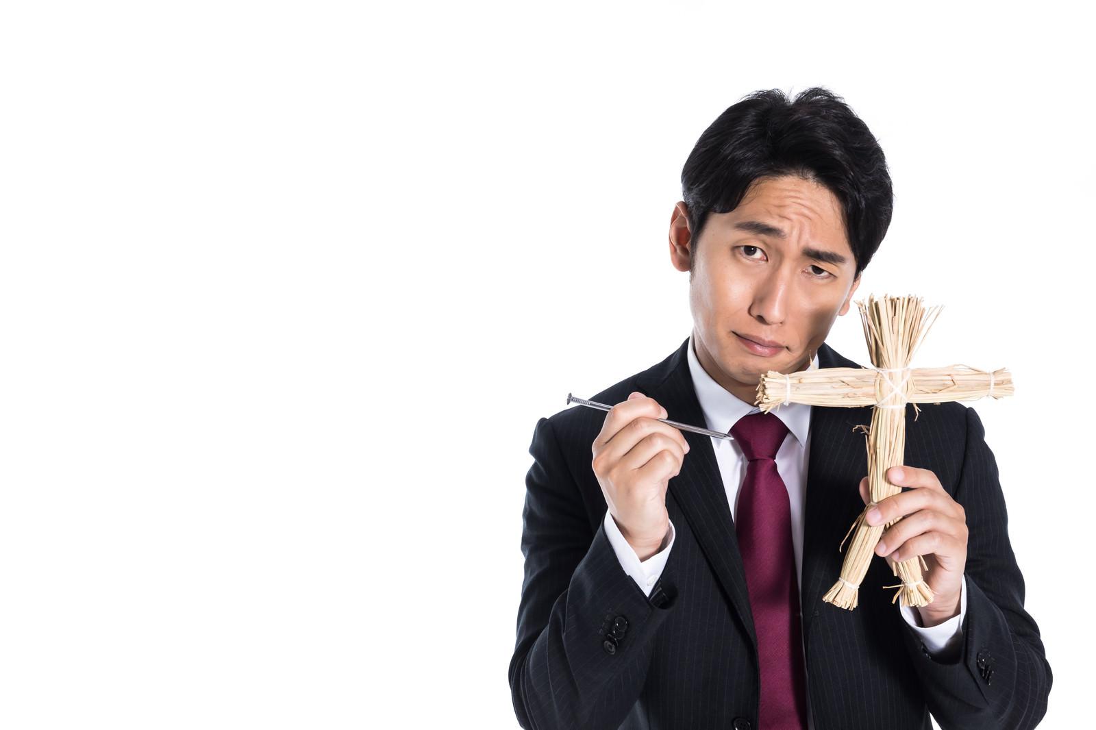 「断ったら呪いますと脅迫する営業マン」の写真[モデル:大川竜弥]